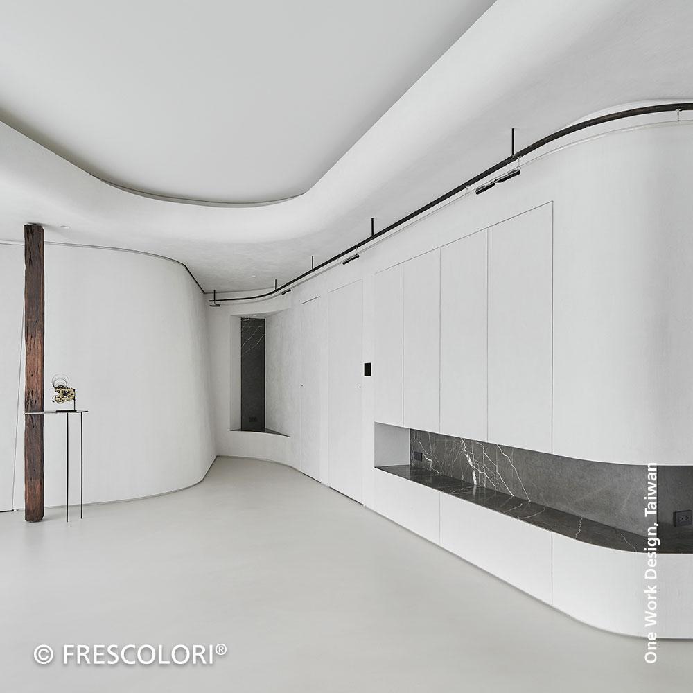 CARAMOR® Wand hinter einem Sofa.